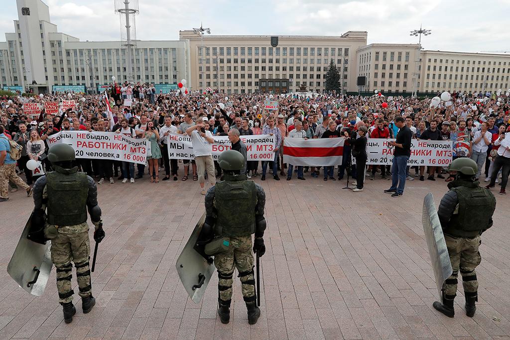 Тысячи протестующих вышли к Дому Правительства в Минске