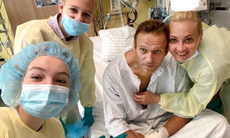 Алексей Навальный, первое фото в больнице после выхода из комы