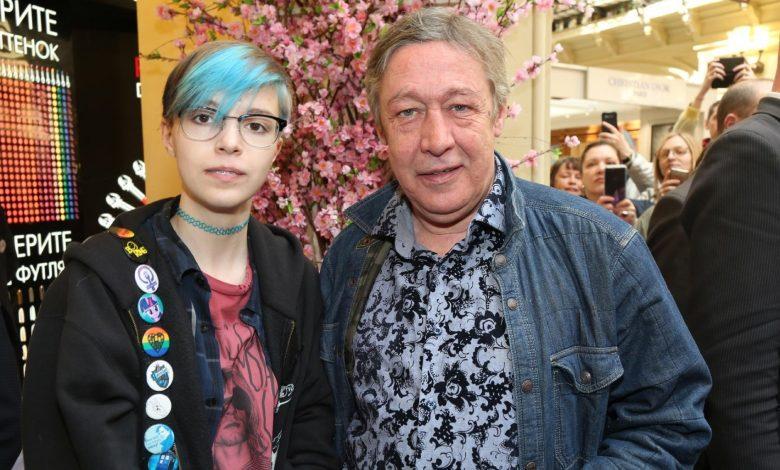 Дочь Ефремова рассказала, что мать била её под песни Земфиры