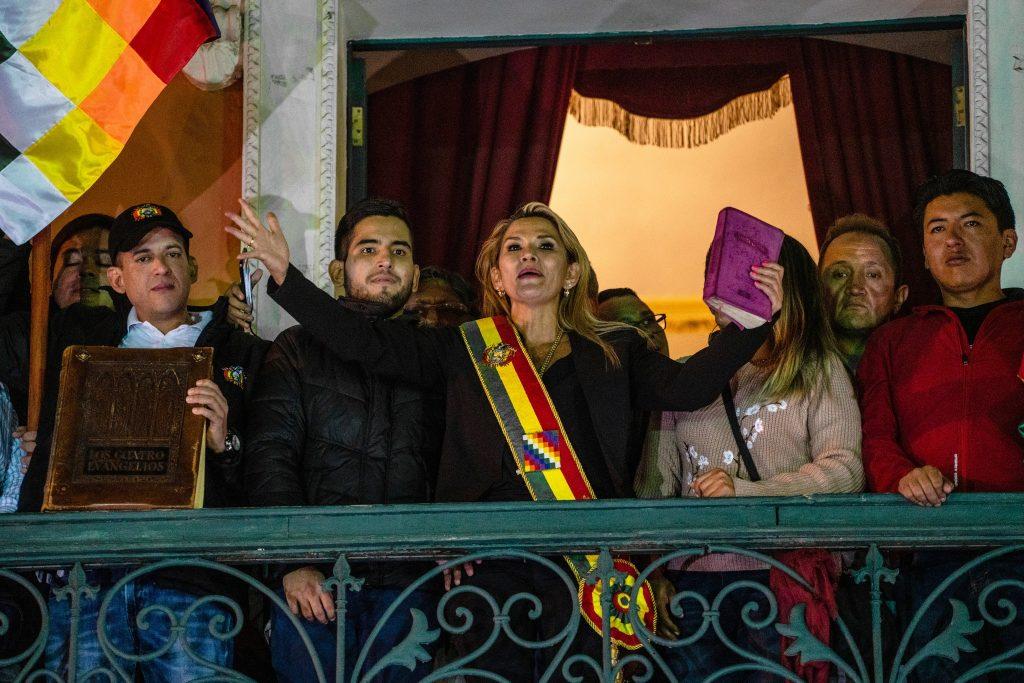 12 ноября Аньес Чавес обратилась к собравшимся с балкона президентского дворца, назвав себя и.о. президента страны. Изображение: nytimes.com