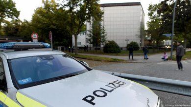 Photo of У синагоги в Гамбурге нацистский радикал напал на иудея с саперной лопаткой