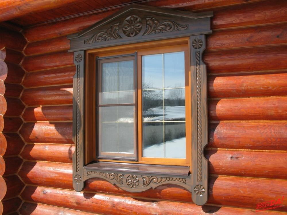 Деревянное окно с обналичником