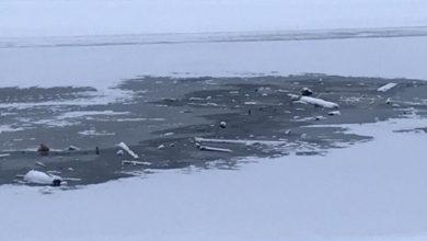 Photo of Сотрудники МЧС в Петербурге очистили лед Фонтанки от «Навального»