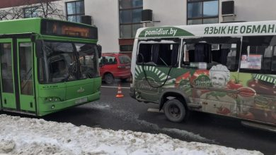 Photo of В Бресте на остановке столкнулись маршрутка и автобус