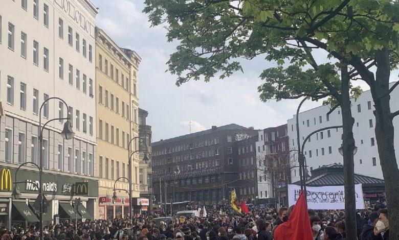 Более тысячи человек вышли на первомайское шествие в Берлине