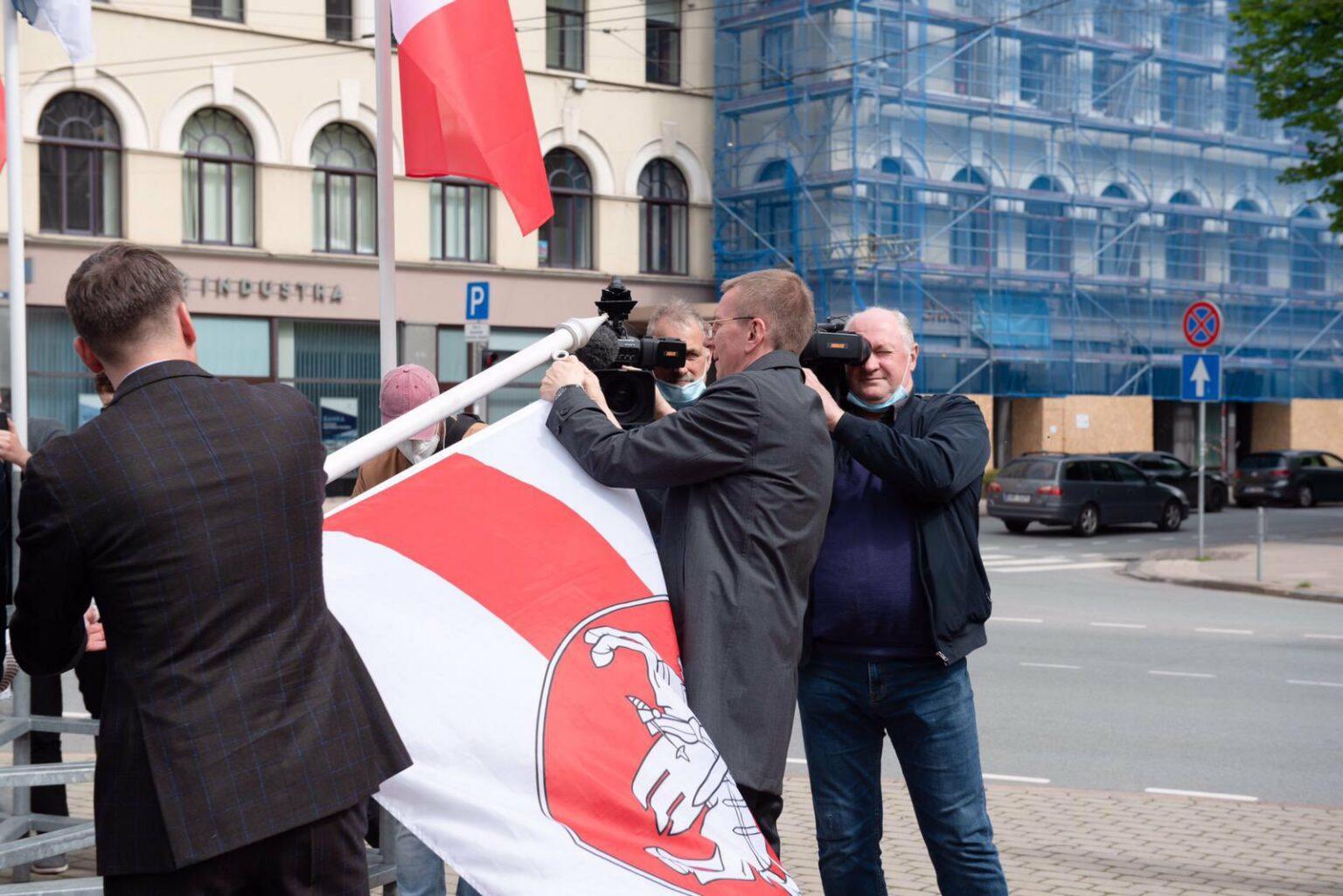Мэр Риги меняет белорусский флаг
