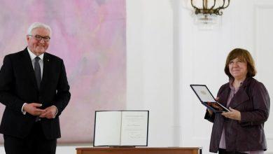 Photo of Подарок к 22 июня или реверанс в сторону оппозиции: почему власти Германии наградили Алексиевич