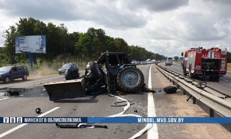 Трактор и автопоезд столкнулись возле Минска