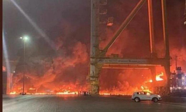 На судне в порту Дубая прогремел взрыв