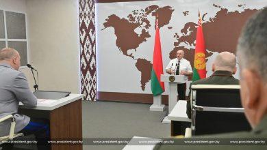Photo of Лукашенко вручил награду журналисту Азаренку