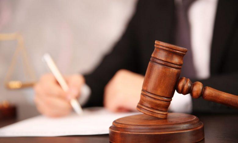 иск в суд, судейский молоток